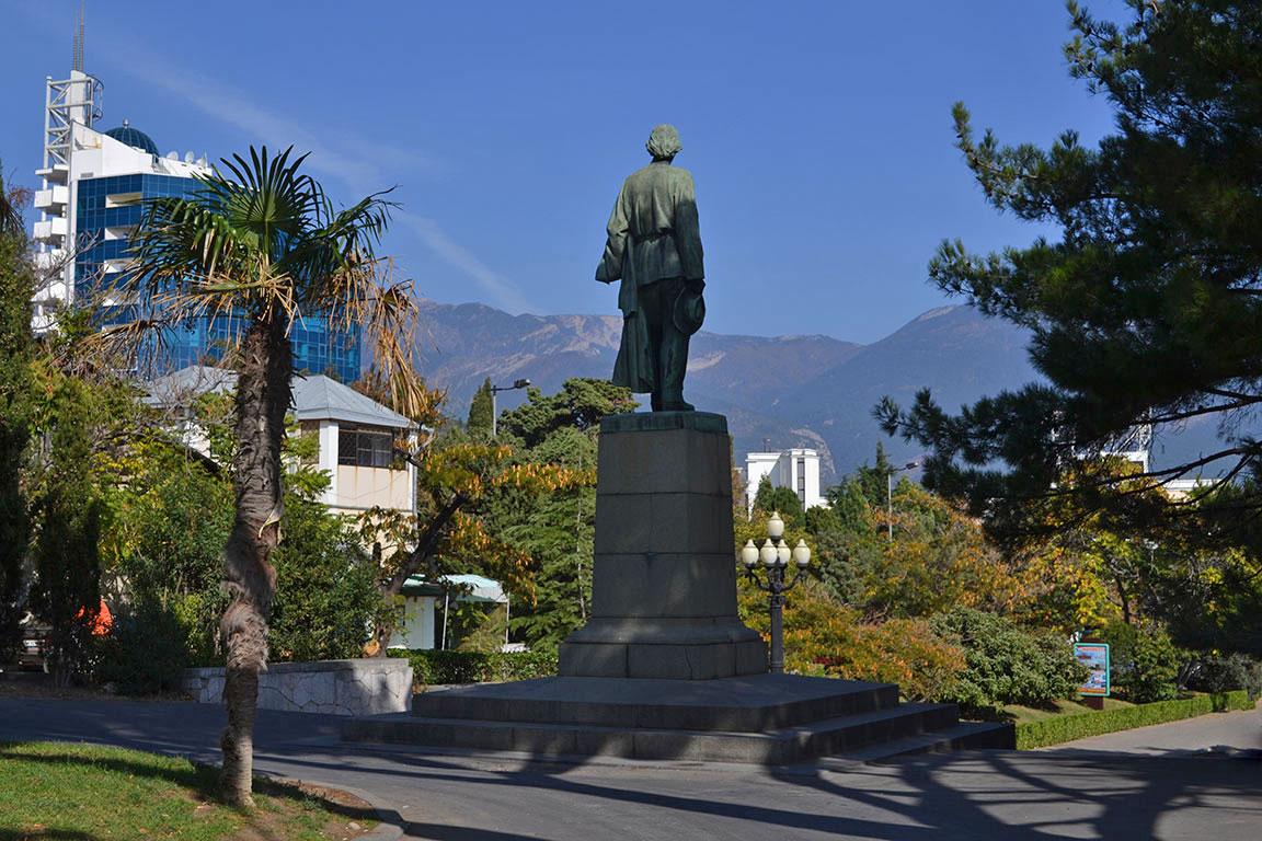 Памятник горькому в ялте ритуальные услуги памятники ростов на дону